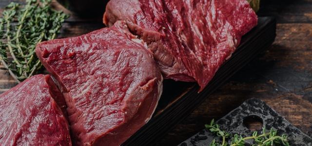 surowe czerwone mięso
